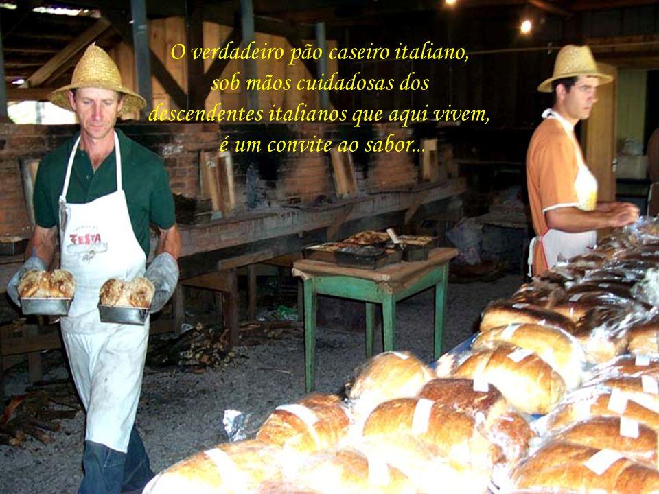 Gramado do delicioso pão italiano preparado em grandes fornos à lenha, em plena praça pública...