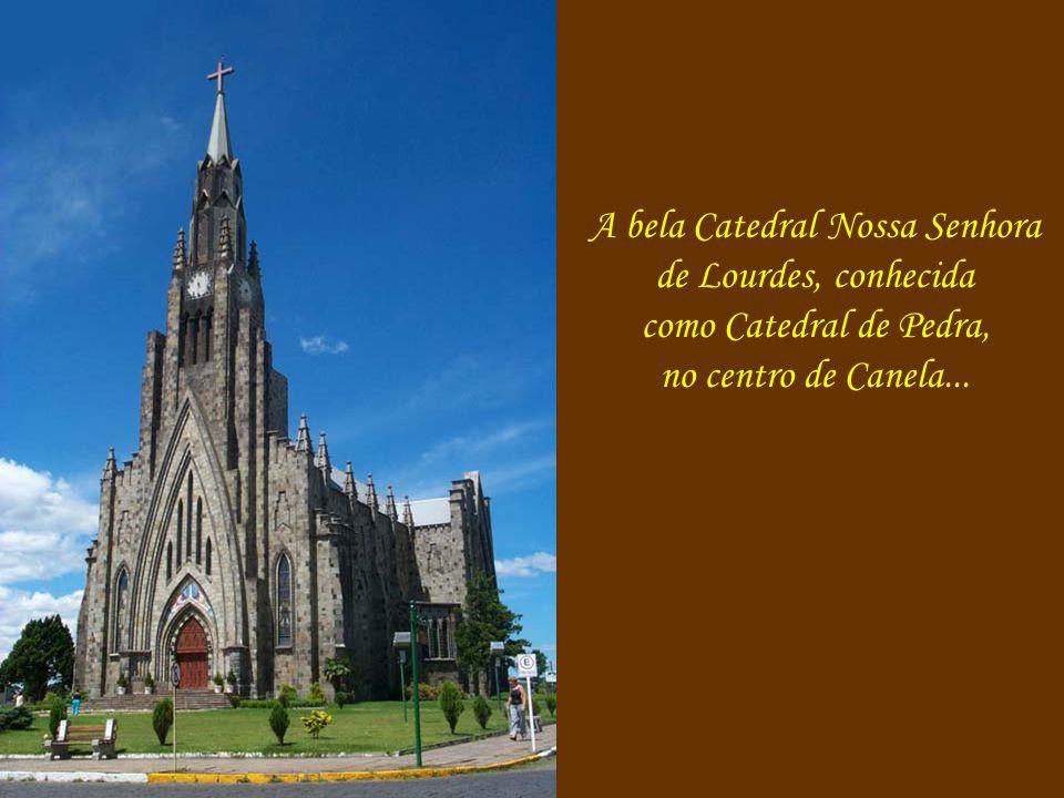 O maior Coelho de Chocolate do mundo está aqui em Canela, na Caracol, com 2,95 m de altura, 1,10 m.