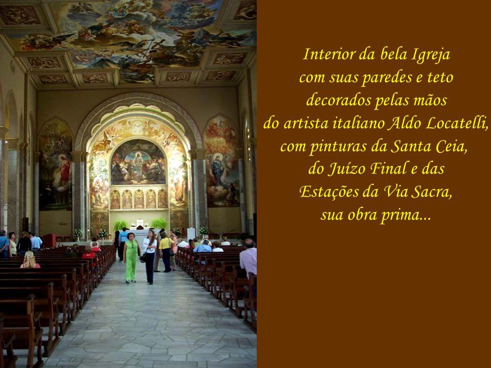 Interior da bela Igreja com suas paredes e teto decorados pelas mãos do artista italiano Aldo Locatelli, com pinturas da Santa Ceia, do Juízo Final e das Estações da Via Sacra, sua obra prima...