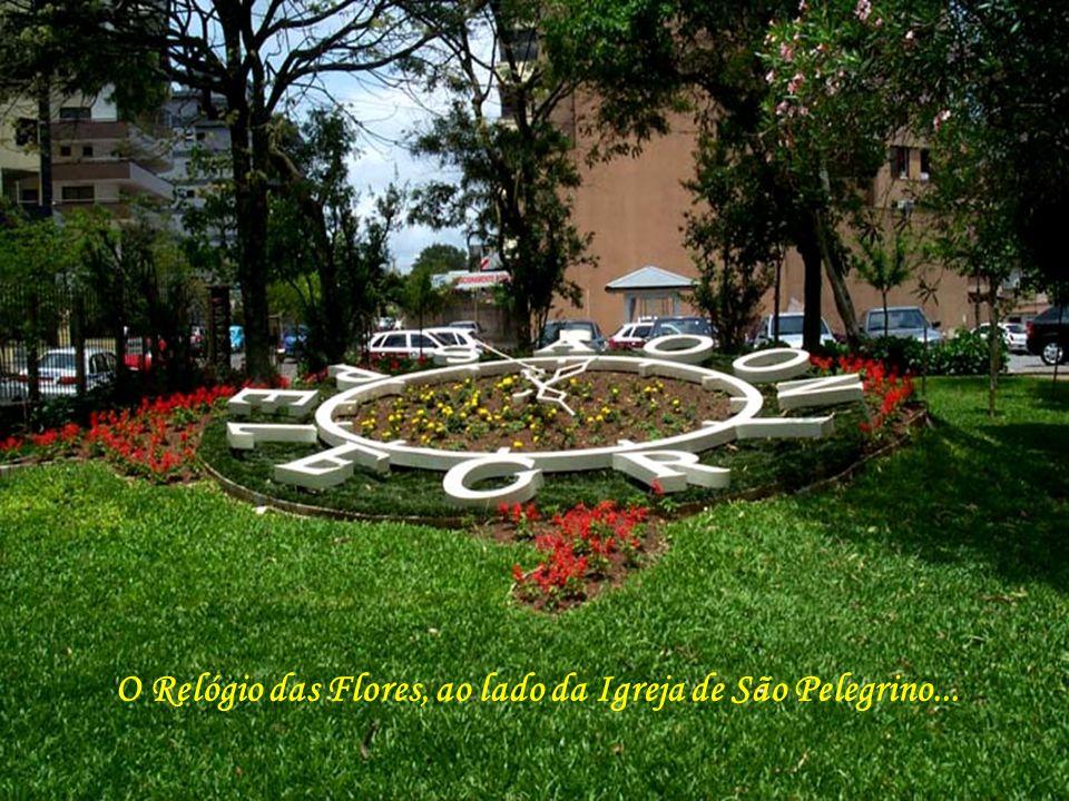 O Relógio das Flores, ao lado da Igreja de São Pelegrino...