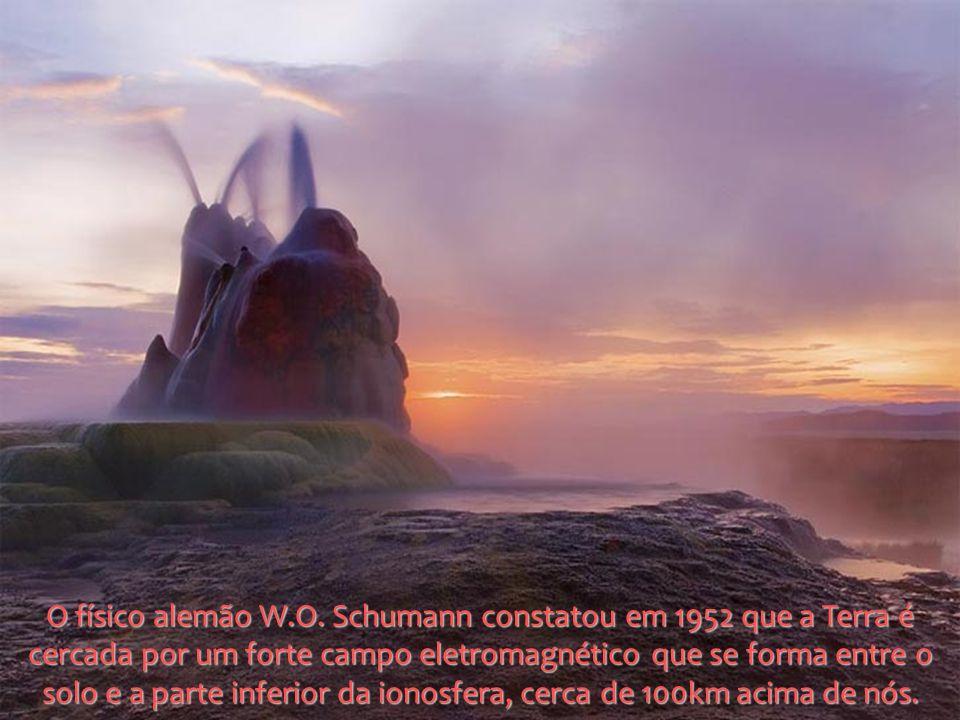 O físico alemão W.O. Schumann constatou em 1952 que a Terra é cercada por um forte campo eletromagnético que se forma entre o solo e a parte inferior