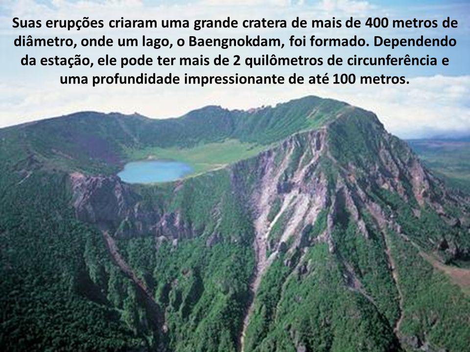 Suas erupções criaram uma grande cratera de mais de 400 metros de diâmetro, onde um lago, o Baengnokdam, foi formado.