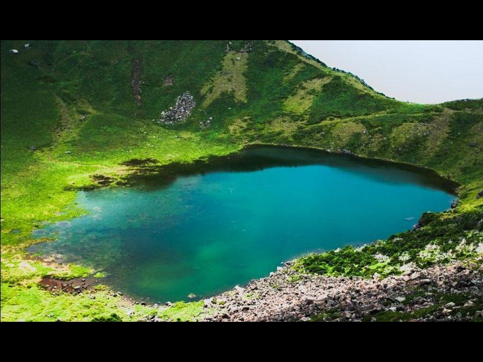 Suas erupções criaram uma grande cratera de mais de 400 metros de diâmetro, onde um lago, o Baengnokdam, foi formado. Dependendo da estação, ele pode