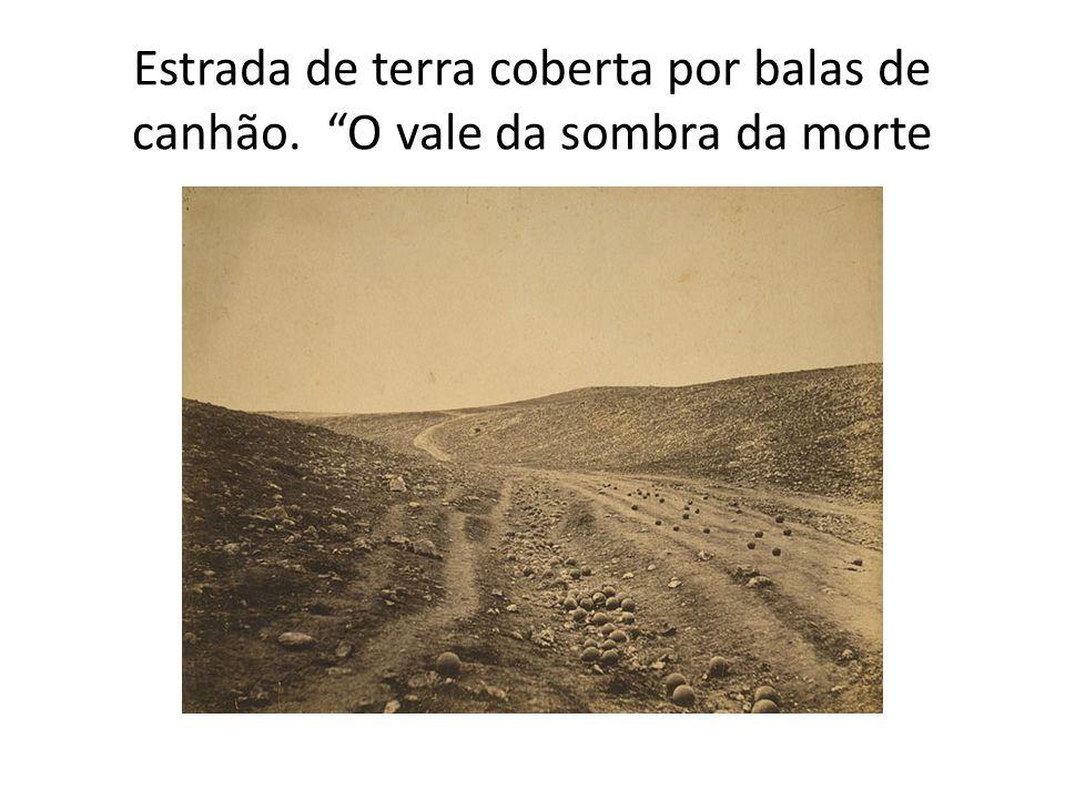 """Estrada de terra coberta por balas de canhão. """"O vale da sombra da morte"""