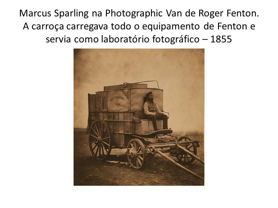 Marcus Sparling na Photographic Van de Roger Fenton. A carroça carregava todo o equipamento de Fenton e servia como laboratório fotográfico – 1855