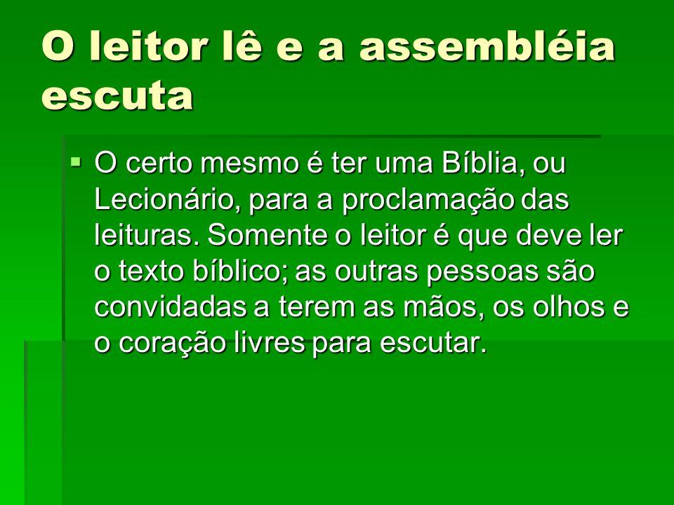 O leitor lê e a assembléia escuta  O certo mesmo é ter uma Bíblia, ou Lecionário, para a proclamação das leituras. Somente o leitor é que deve ler o