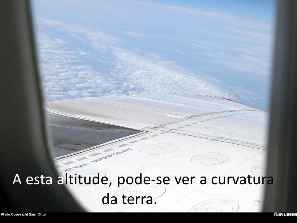A esta altitude, pode-se ver a curvatura da terra..