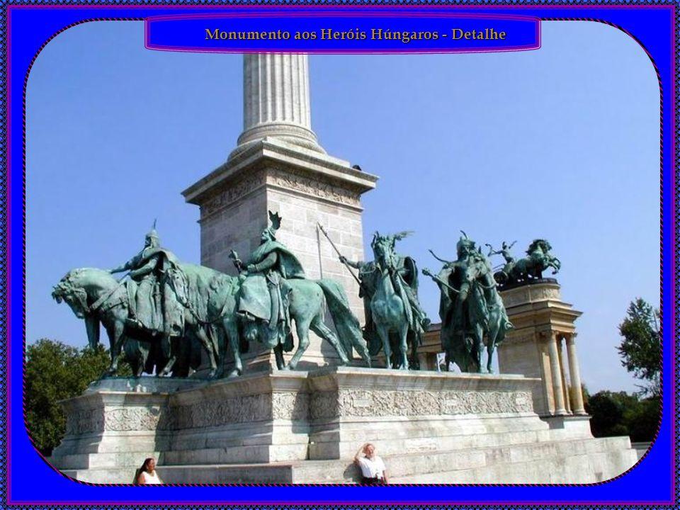 Monumento aos Heróis Húngaros, Budapest, Hungria. O Monumento aos Heróis Húngaros foi construído em comemoração aos líderes e heróis nacionais dos últ