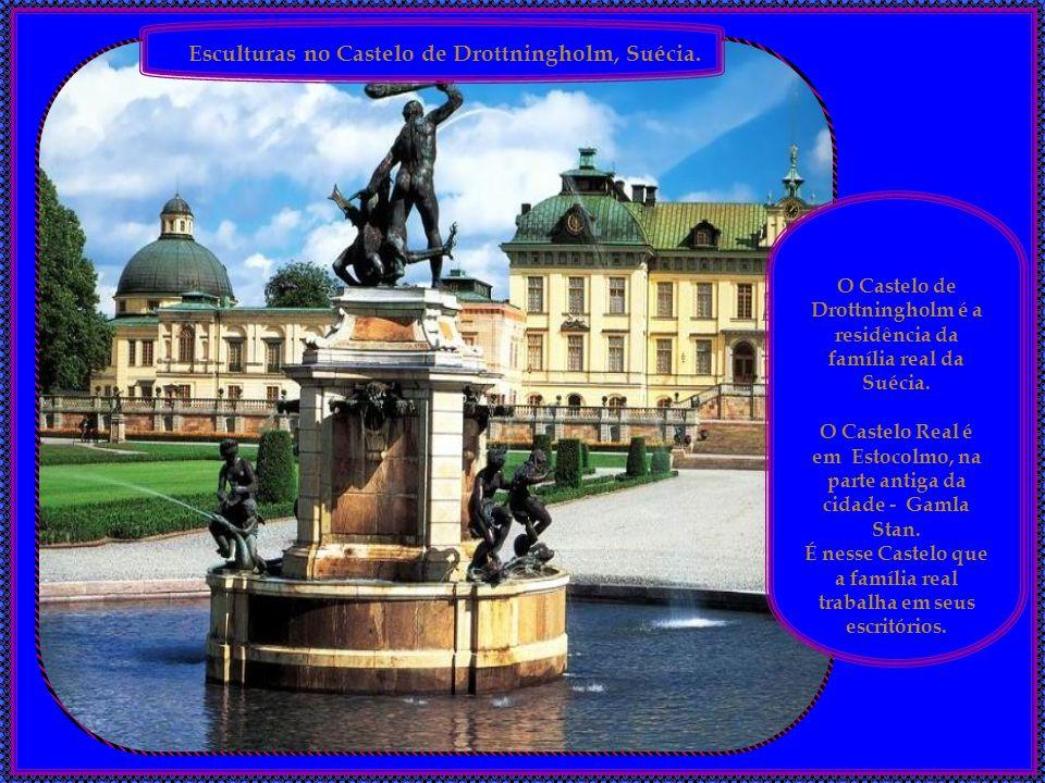 Esculturas em Roma, Itália. Roma, Piazza Venezia, em frente ao Monumento a Vittorio Emanuelle II.