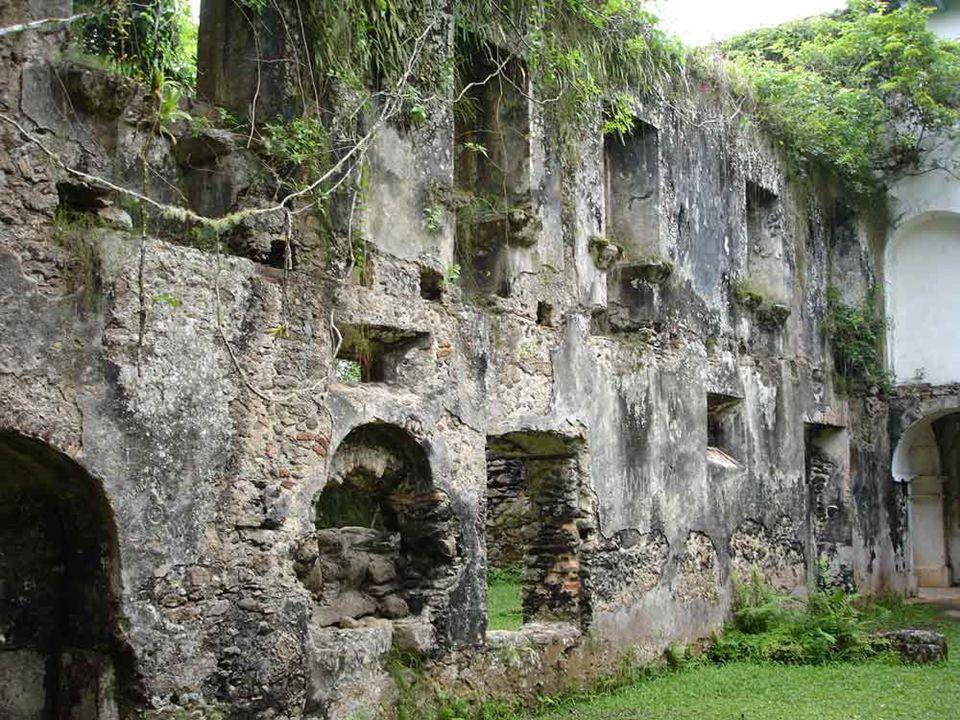 As ruínas da parte antiga do convento, destruídas por um incêndio ocorrido em 1833