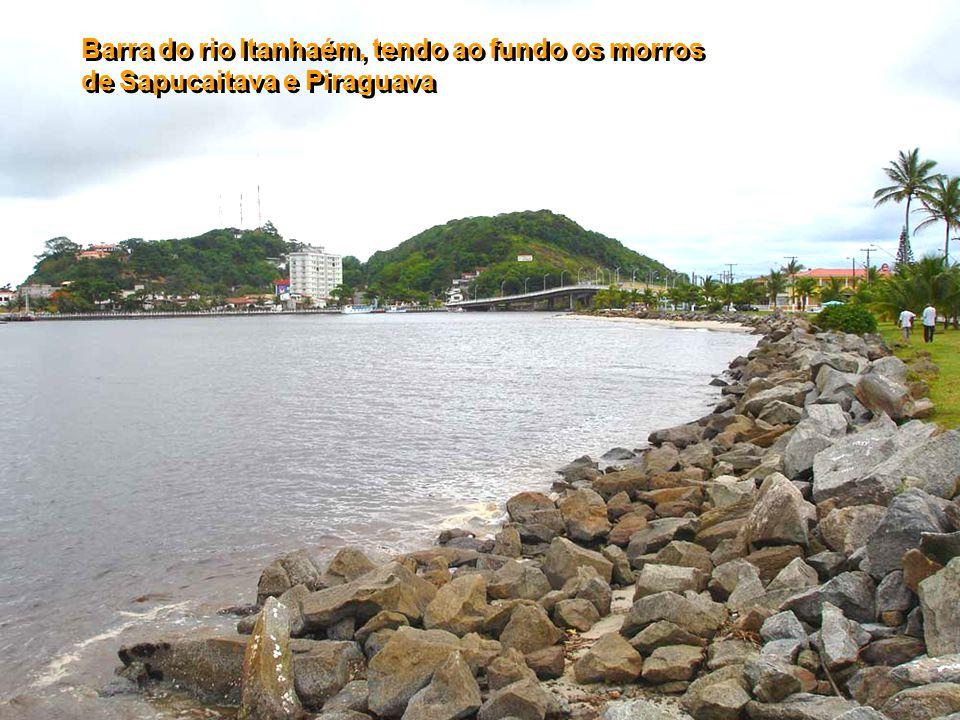 """Escultura """"Mulheres de Areia"""" na praia dos Pescadores, tendo ao fundo a ilha das Cabras"""