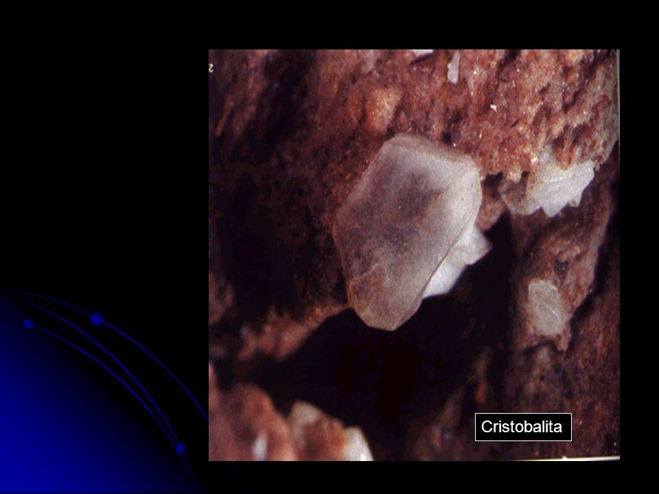 Generalidades Nome: Cristobalita Nome: Cristobalita Nome Químico: Dióxido de Silício Nome Químico: Dióxido de Silício Localidade: Cerro San Cristóbal, México Localidade: Cerro San Cristóbal, México Origem do seu nome: Devido à localidade de San Cristóbal (México) Origem do seu nome: Devido à localidade de San Cristóbal (México) Origem: Mineral, biogênica ou sintética Origem: Mineral, biogênica ou sintética Ambiente: Borne-vulcânico, magmático e secundário Ambiente: Borne-vulcânico, magmático e secundário