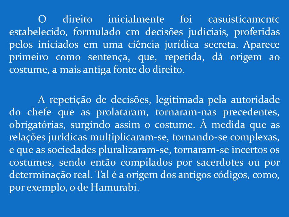 O direito inicialmente foi casuisticamcntc estabelecido, formulado cm decisões judiciais, proferidas pelos iniciados em uma ciência jurídica secreta.