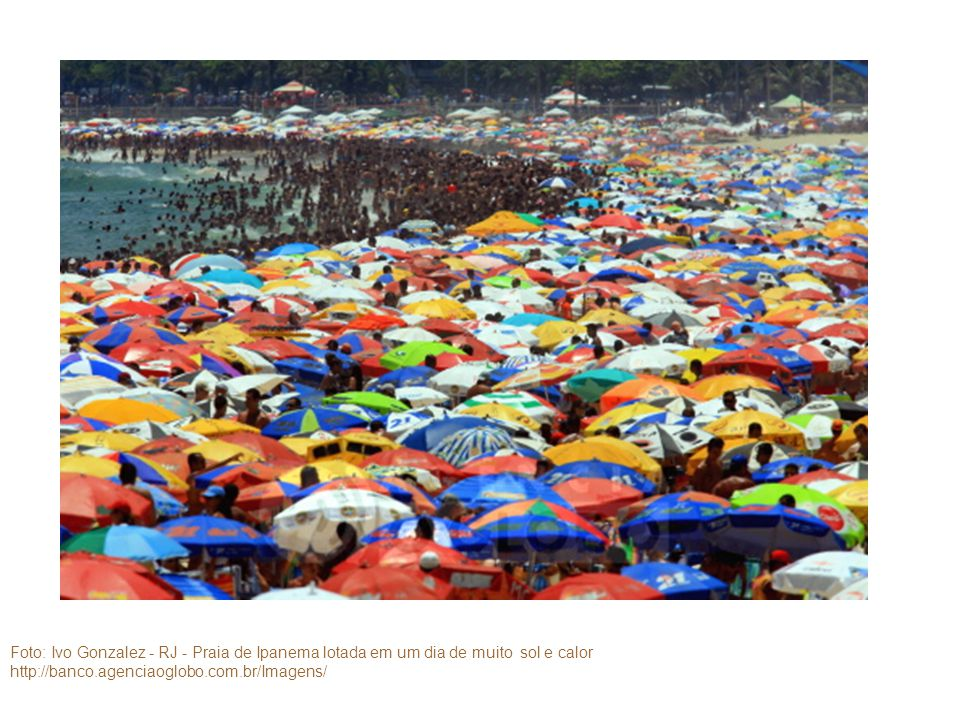 Foto: Ivo Gonzalez - RJ - Praia de Ipanema lotada em um dia de muito sol e calor http://banco.agenciaoglobo.com.br/Imagens/