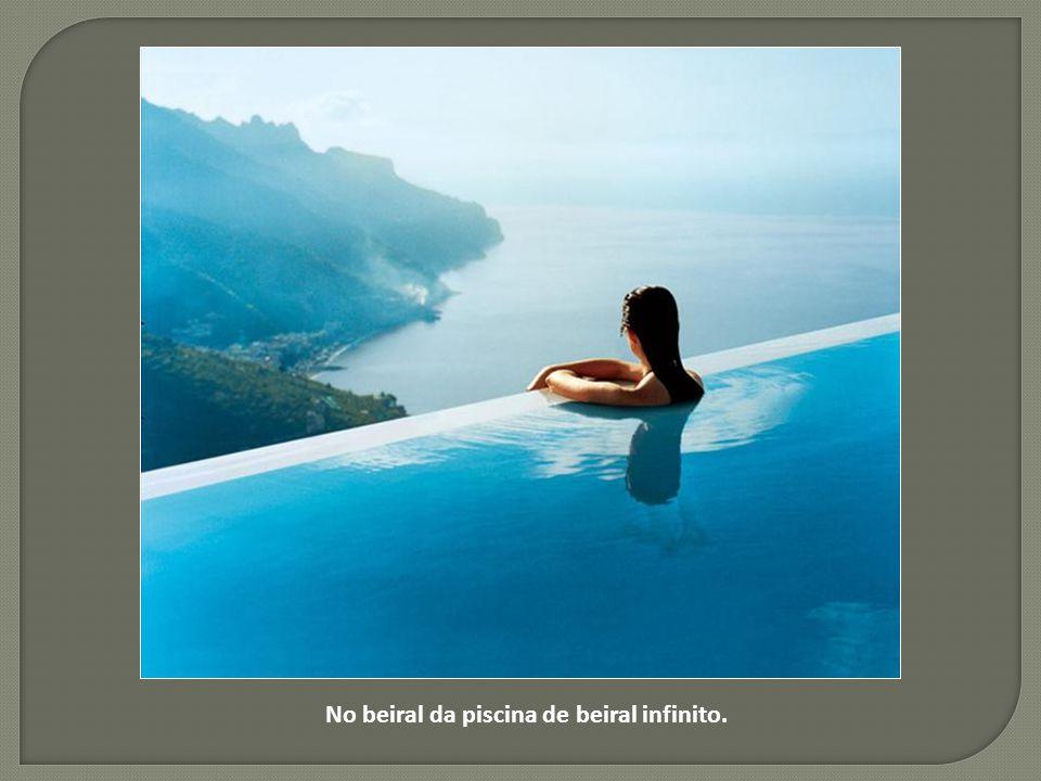 Nesta caverna piscina em Santorini, Grécia...