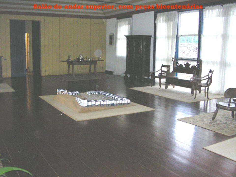 Salão do andar superior, com peças bicentenárias