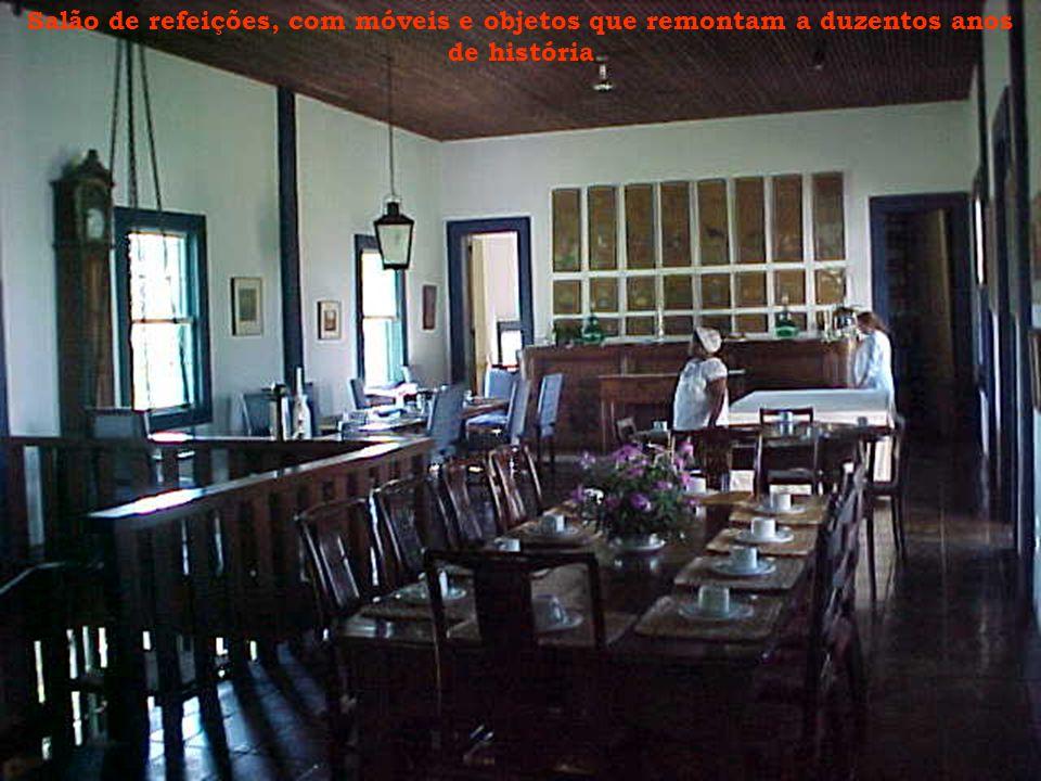 Salão de refeições, com móveis e objetos que remontam a duzentos anos de história