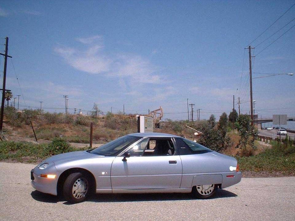 Em 1996, as primeiras viaturas eléctricas de produção em série, os EV1 (Electric V, foram fabricados nos EUA pela General Motors, e circularam pelas e