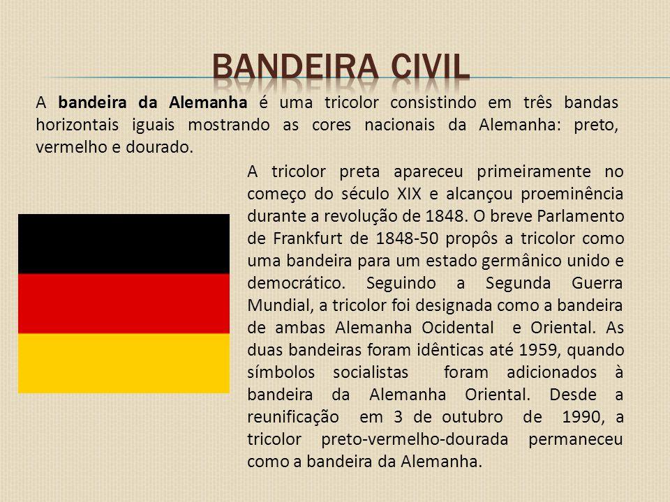 A diferença entre a bandeira civil e a bandeira federal (Bundesdienstflagge em alemão) é que a bandeira federal leva ao centro um falcão negro num fundo dourado semelhante ao Brasão da Alemanha, mas não idêntico.