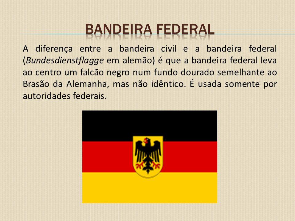A diferença entre a bandeira civil e a bandeira federal (Bundesdienstflagge em alemão) é que a bandeira federal leva ao centro um falcão negro num fun