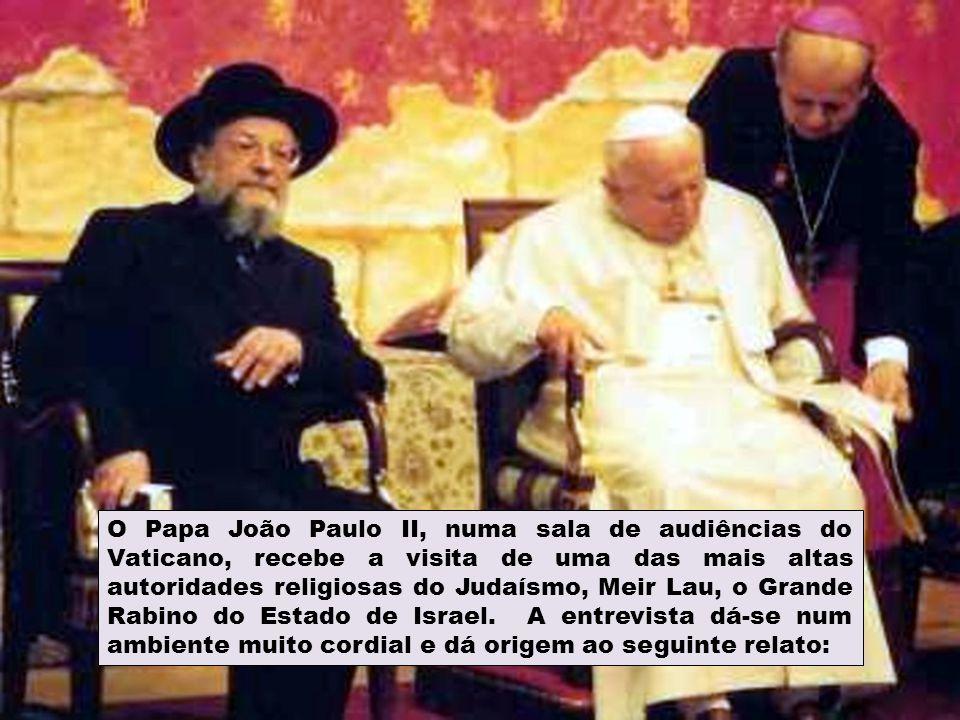 O Papa João Paulo II, numa sala de audiências do Vaticano, recebe a visita de uma das mais altas autoridades religiosas do Judaísmo, Meir Lau, o Grande Rabino do Estado de Israel.
