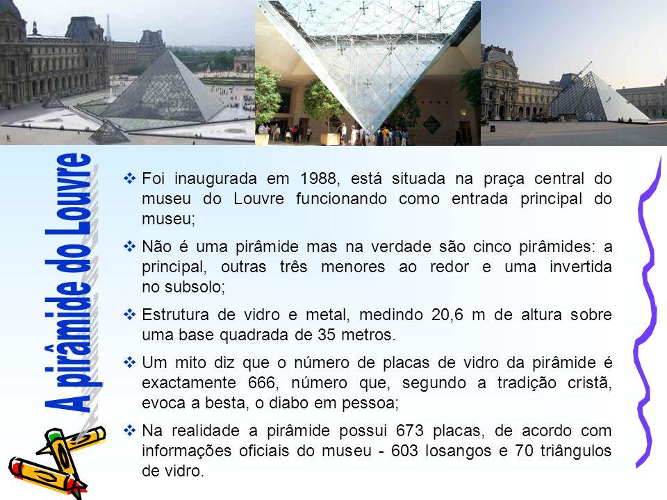  Foi inaugurada em 1988, está situada na praça central do museu do Louvre funcionando como entrada principal do museu;  Não é uma pirâmide mas na verdade são cinco pirâmides: a principal, outras três menores ao redor e uma invertida no subsolo;  Estrutura de vidro e metal, medindo 20,6 m de altura sobre uma base quadrada de 35 metros.