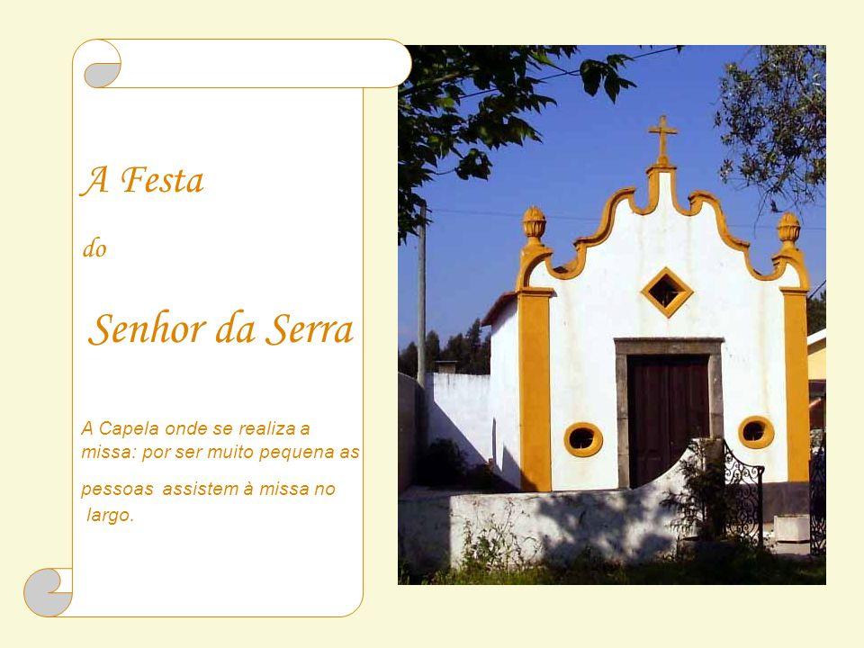 A Festa do Senhor da Serra A Capela onde se realiza a missa: por ser muito pequena as pessoas assistem à missa no largo.