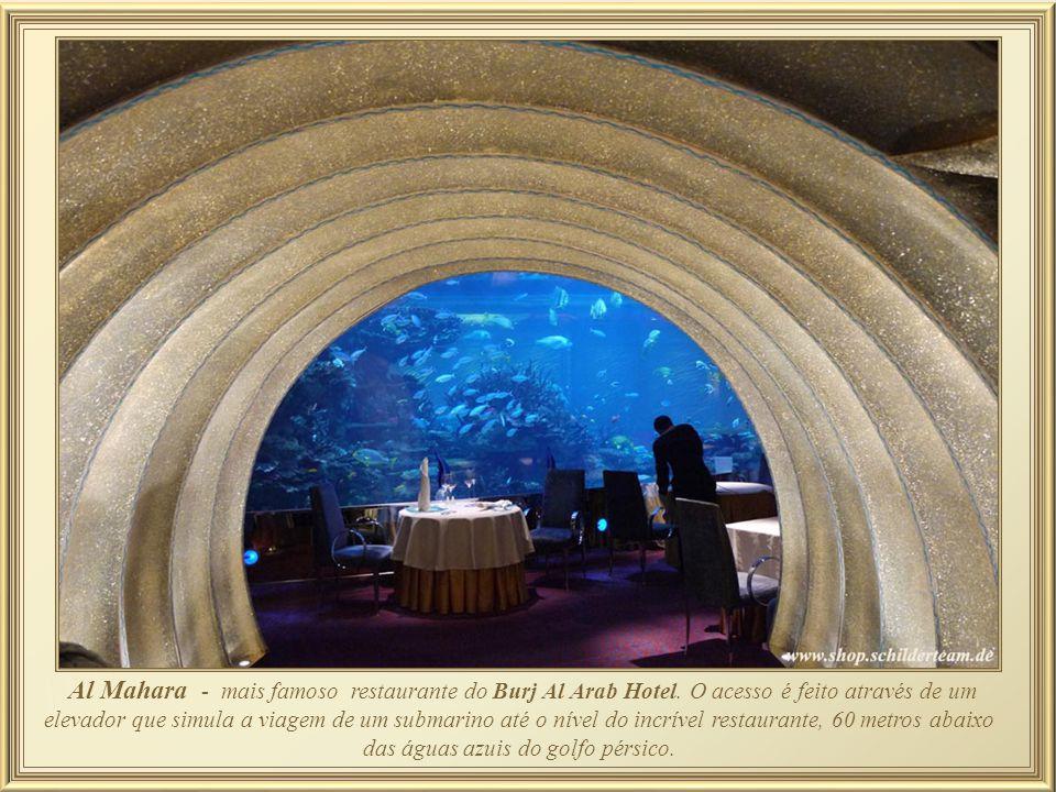 Destaca-se nesta luxuosa sala de banho o mosaico italiano que decora a parede acima do contorno da banheira Jacuzzi. Na suites chamadas reais, o banhe