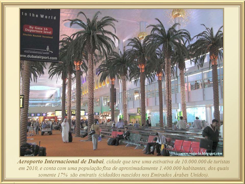 Aeroporto Internacional de Dubai, cidade que teve uma estivativa de 10.000.000 de turistas em 2010, e conta com uma população fixa de aproximadamente 1.400.000 habitantes, dos quais somente 17% são emiratis (cidadãos nascidos nos Emirados Árabes Unidos)..