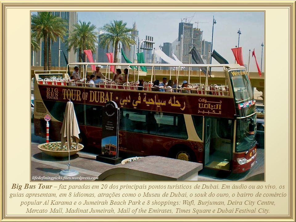 Creek, no Ônibus anfíbio - O turista embarca e, 2 horas depois, sem sair dele, terá cruzado as águas do canal entro histórico de Dubai. No veículo de
