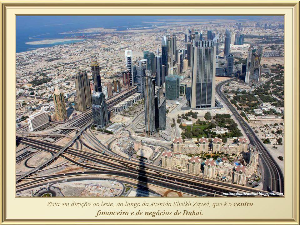 """O Dubai Mall ainda oferece um rinque de patinação no gelo, um parque temático – """"SEGA Republic"""", 22 salas de cinema megaplex, 160 lanchonetes – alguma"""