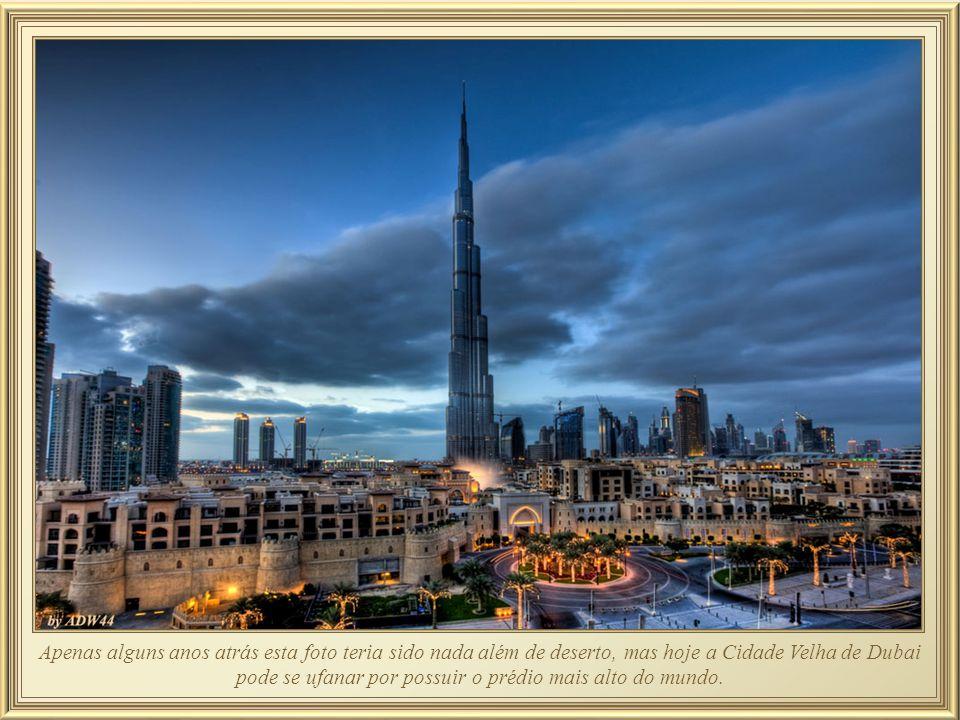 Burj Khallifa – ou Burj Dubai, possui sistema de 57 elevadores dos quais só os poucos que operam na velocidade de 11 m./seg param no térreo, no topo,