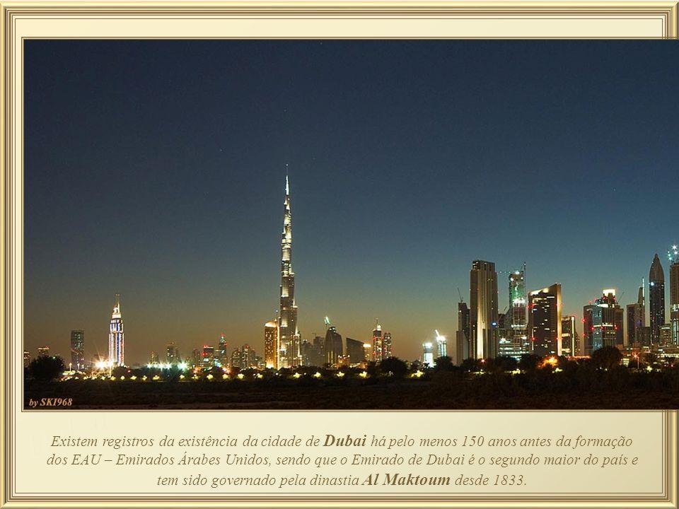 Shoppings Souk Al-Bahar e Dubai Mall, este último o maior shopping do mundo – área total de 1,124,000 m2, possuindo 22 salas de cinema megaplex, 160 lanchonetes, 120 restaurantes, mais de 1.200 lojas, e também um rinque de patinação no gelo, um parque temático (SEGA Republic), e 14.000 vagas de estacionamento.