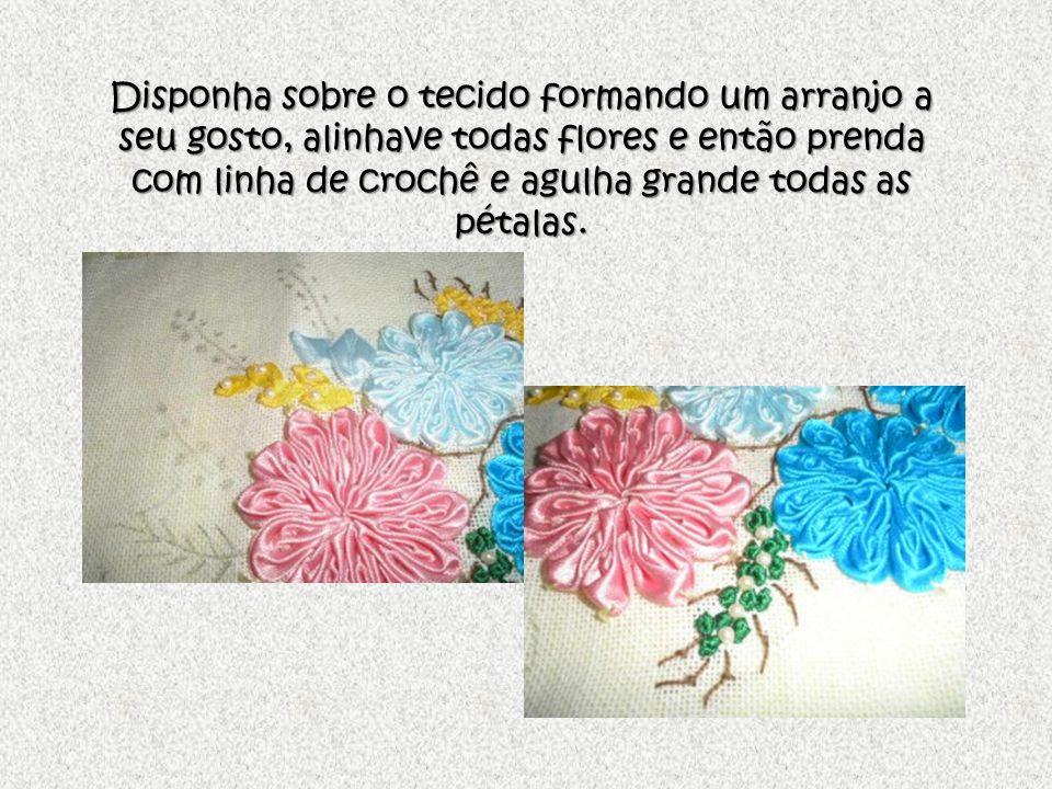Risque os raminhos que devem ser bordados com linha, faça nozinhos com fita zero, use perolazinhas sobre as flores prendendo com linha e agulha, e use sua imaginação e criação para o acabamento final.