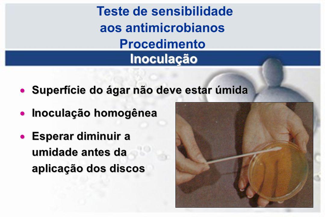 Teste de sensibilidade aos antimicrobianos Procedimento Inoculação  Superfície do ágar não deve estar úmida  Inoculação homogênea  Esperar diminuir