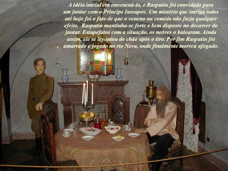 A idéia inicial era envenená-lo, e Rasputin foi convidado para um jantar com o Príncipe Iussupov.