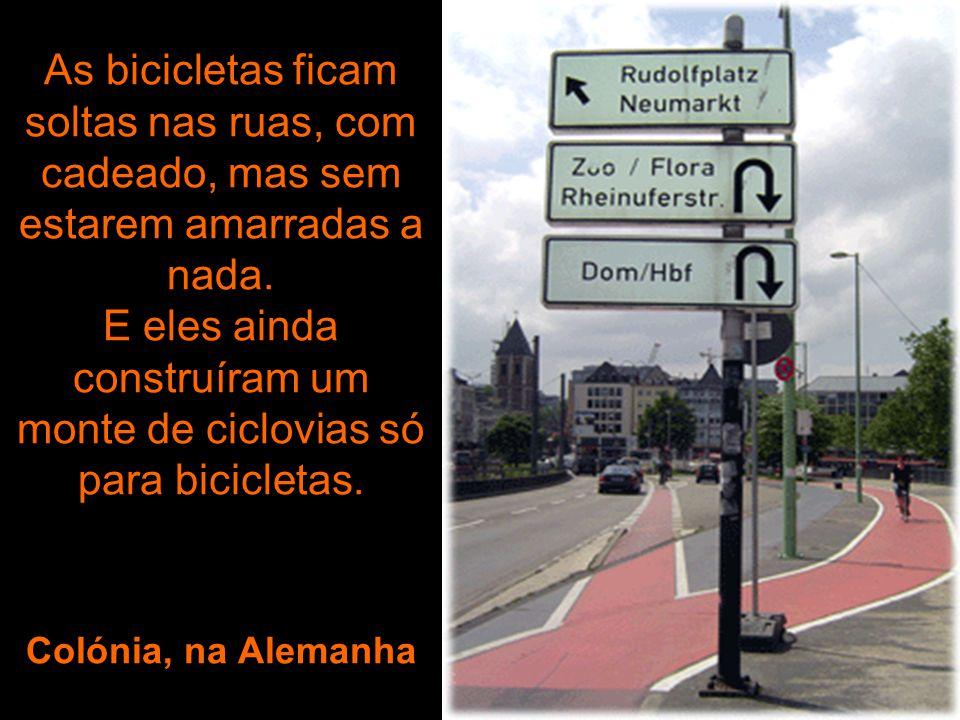 As bicicletas ficam soltas nas ruas, com cadeado, mas sem estarem amarradas a nada.
