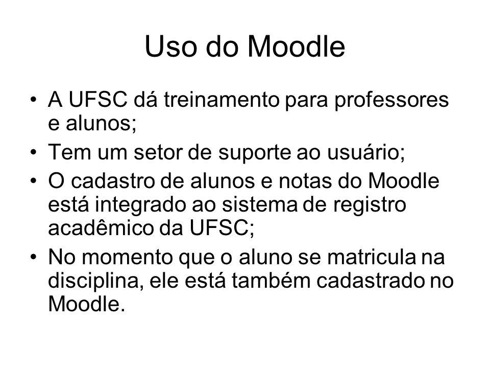 Uso do Moodle A UFSC dá treinamento para professores e alunos; Tem um setor de suporte ao usuário; O cadastro de alunos e notas do Moodle está integrado ao sistema de registro acadêmico da UFSC; No momento que o aluno se matricula na disciplina, ele está também cadastrado no Moodle.