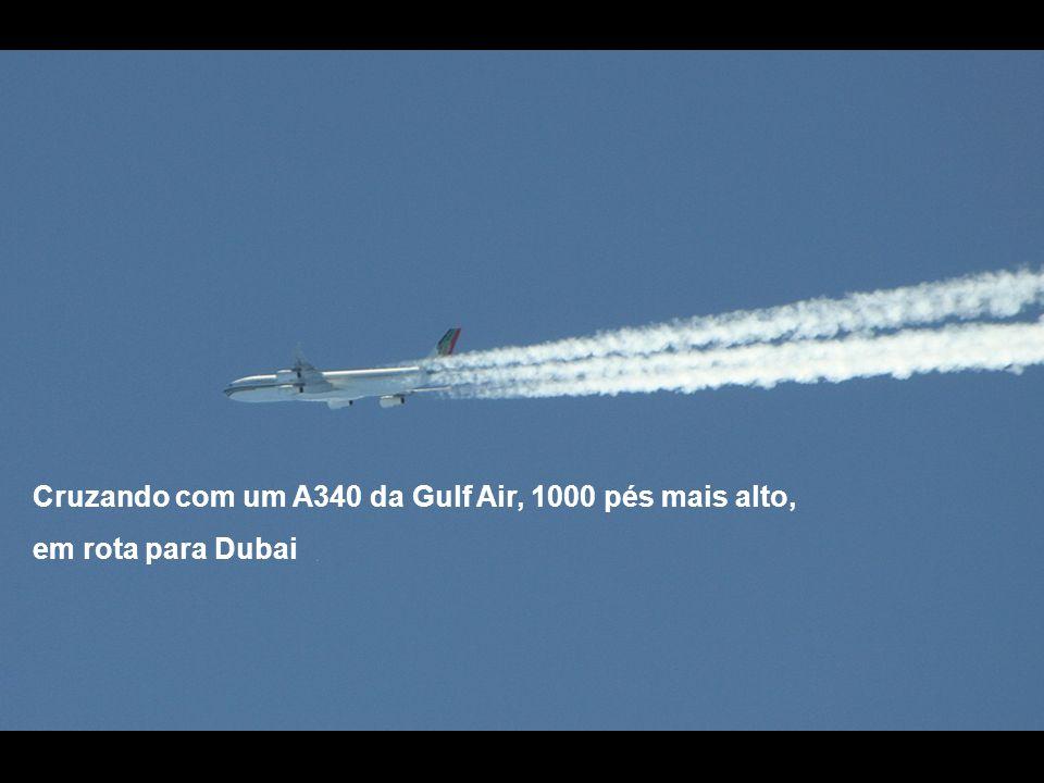 Cruzando com um A340 da Gulf Air, 1000 pés mais alto, em rota para Dubai