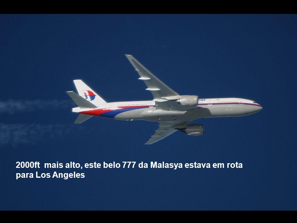 2000ft mais alto, este belo 777 da Malasya estava em rota para Los Angeles