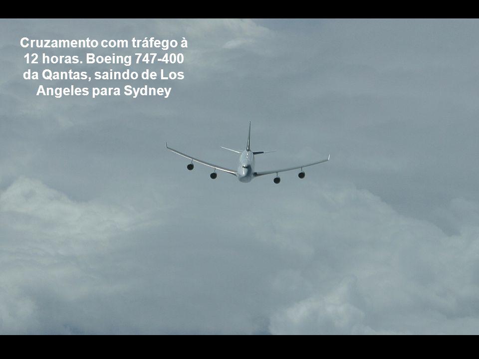 Cruzamento com tráfego à 12 horas. Boeing 747-400 da Qantas, saindo de Los Angeles para Sydney