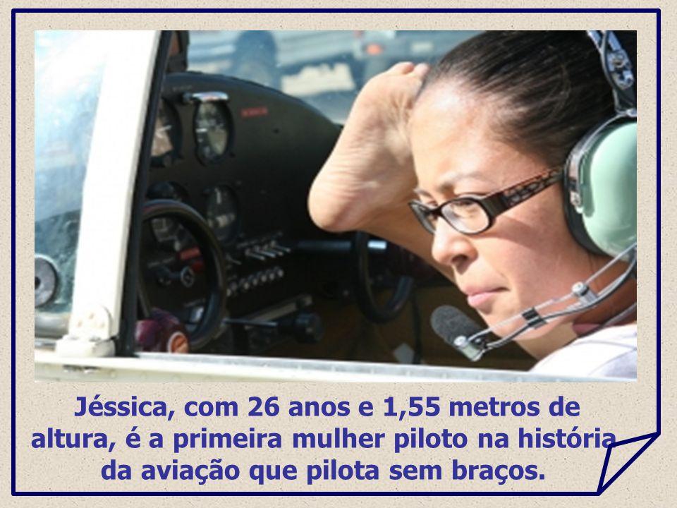 Jéssica, com 26 anos e 1,55 metros de altura, é a primeira mulher piloto na história da aviação que pilota sem braços.