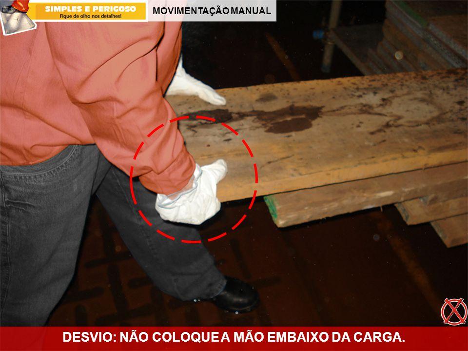 MOVIMENTAÇÃO MANUAL DESVIO: NÃO COLOQUE A MÃO EMBAIXO DA CARGA.