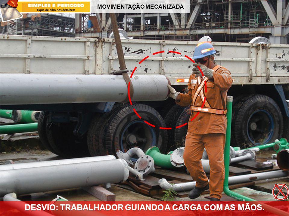 MOVIMENTAÇÃO MECANIZADA DESVIO: TRABALHADOR GUIANDO A CARGA COM AS MÃOS.