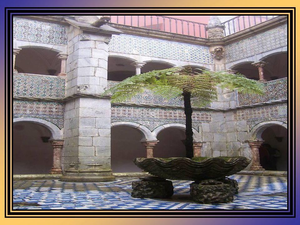 Convento Do mosteiro quinhentista integrado no Palácio, resta apenas a pequena igreja e anexos, o refeitório e o claustro. A Igreja, de planta em ângu