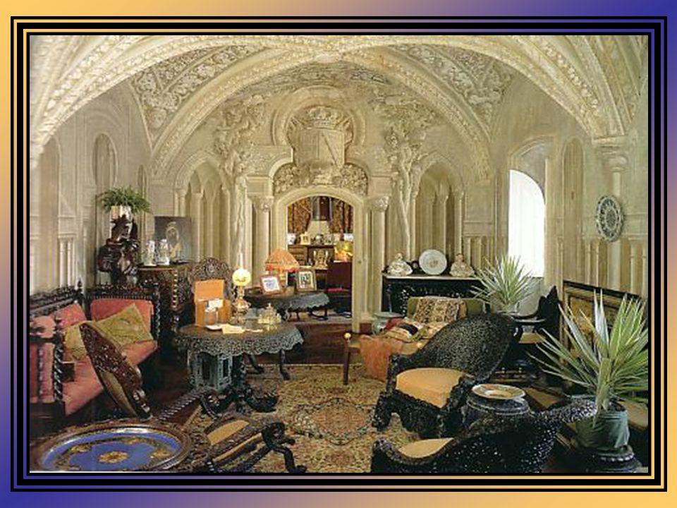 No interior do Palácio, são várias as salas nuamente decoradas segundo o sabor e o colorido românticos. É uma das casas reais, que ainda hoje mantém i
