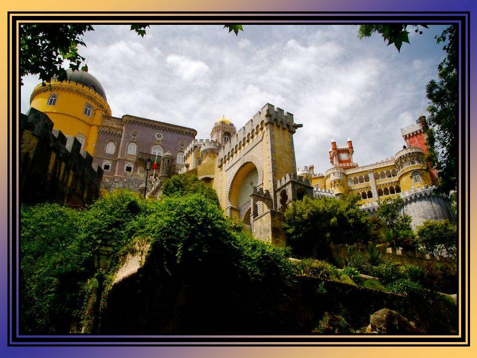 Convento Do mosteiro quinhentista integrado no Palácio, resta apenas a pequena igreja e anexos, o refeitório e o claustro.