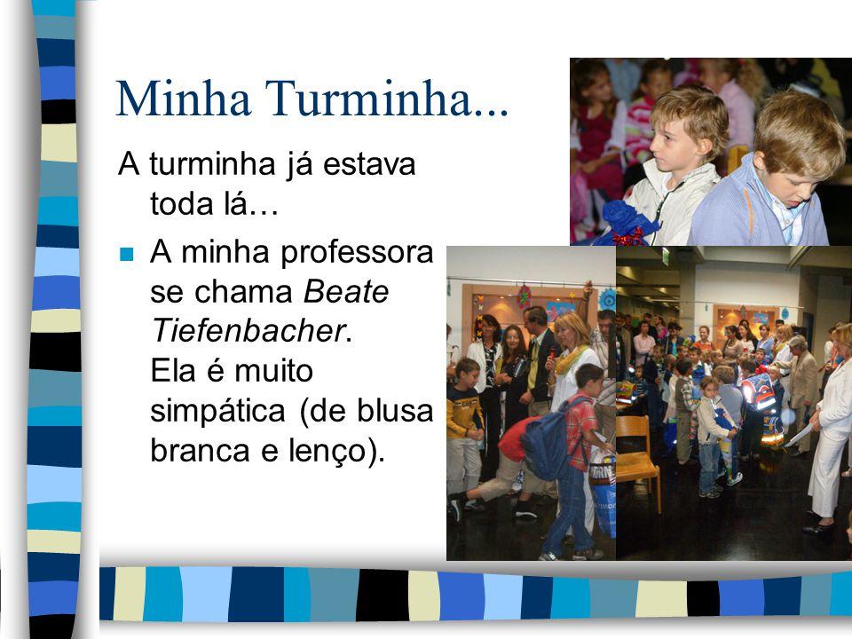 Na Escola... n A escola estava cheia de alunos e pais! Teve música e canto dos alunos antigos para receber os novos.