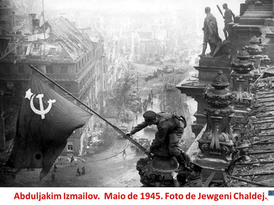 Abduljakim Izmailov. Maio de 1945. Foto de Jewgeni Chaldej.