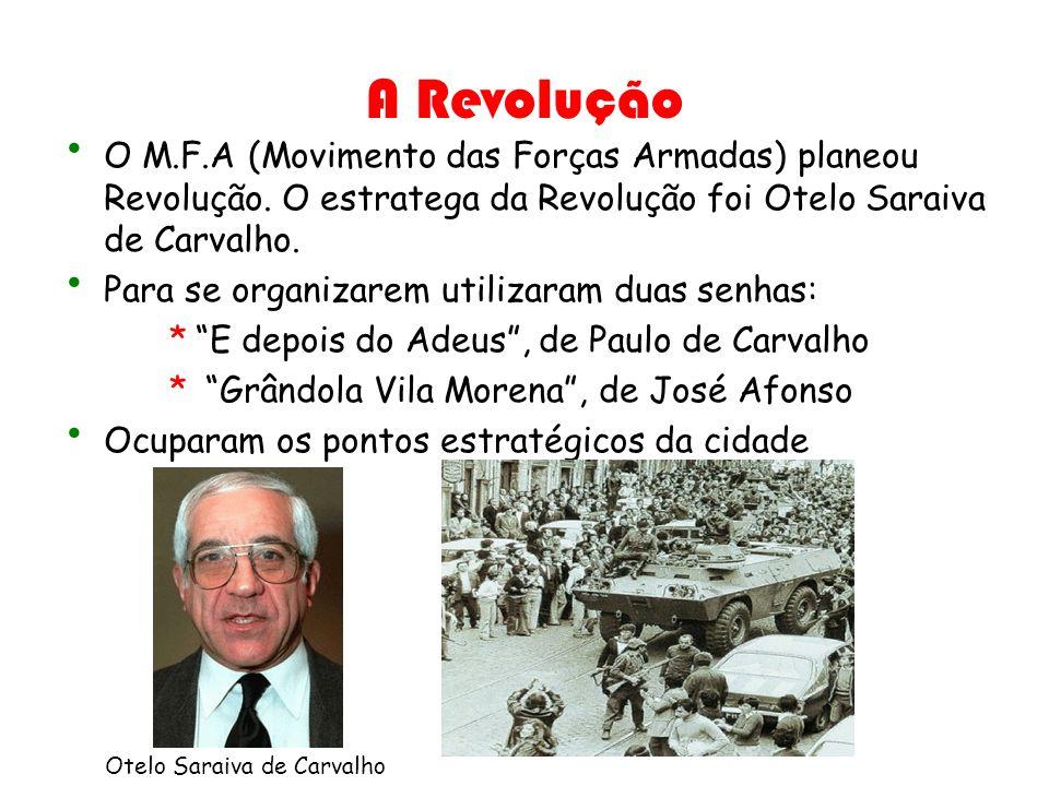 A Revolução O M.F.A (Movimento das Forças Armadas) planeou Revolução. O estratega da Revolução foi Otelo Saraiva de Carvalho. Para se organizarem util